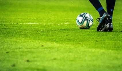 Campo de futebol com uma bola