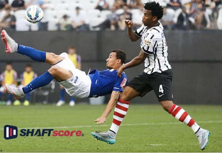 Jogadores do Corinthians disputando a bola