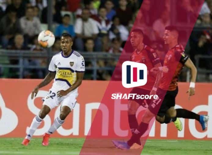 Disputa de bola em campo entre Boca Juniors e Caracas.