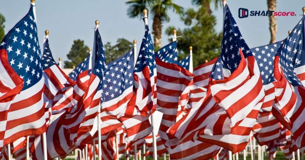 Bandeira dos Estados Unidos fincadas na grama - Virgínia