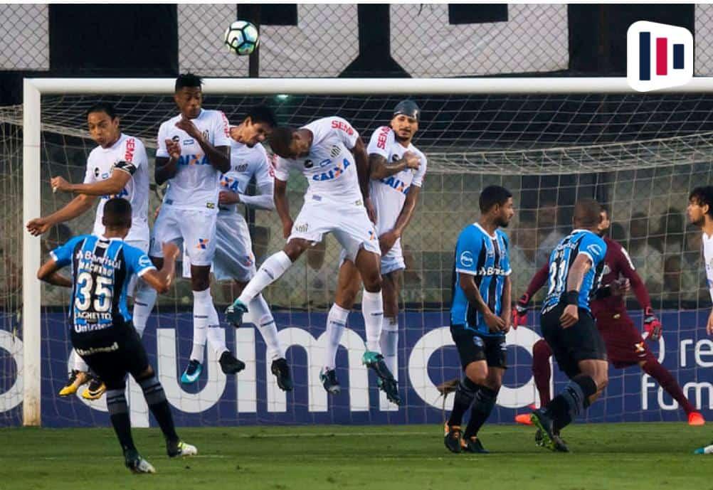 Disputa de bola entre Santos x Grêmio