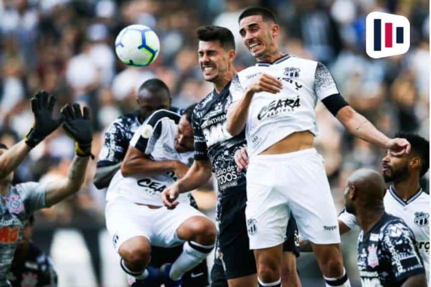 Jogadores de Ceará x Corinthians em disputa de bola
