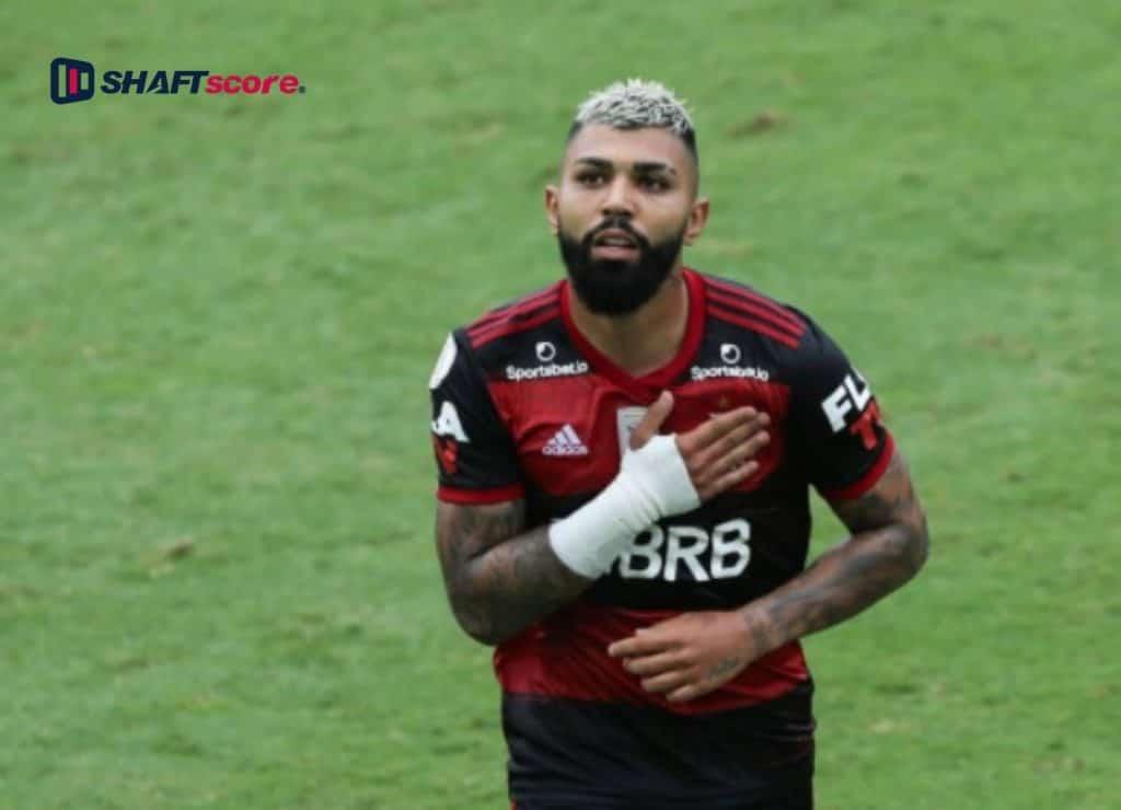 Gabigol comemorando um gol durante partida do Flamengo