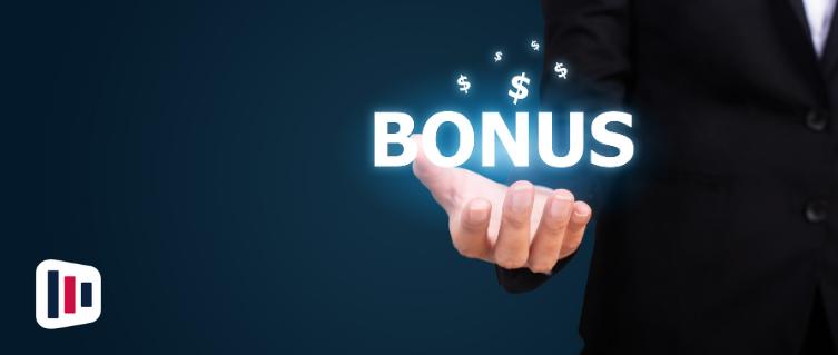 Homem segurando Bonus exclusivos