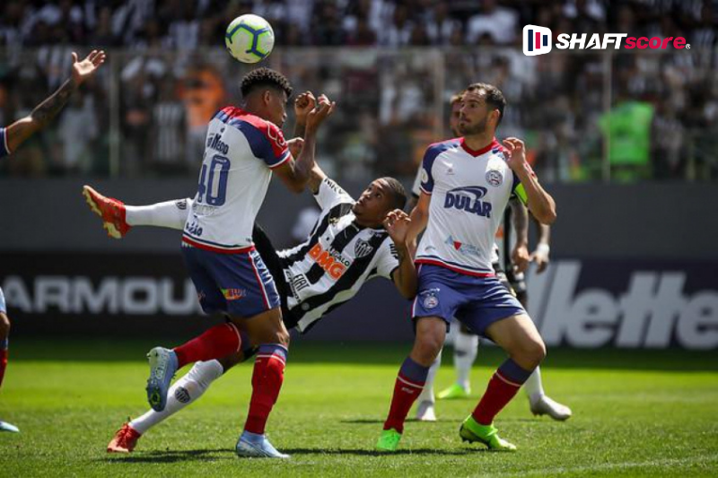 Jogadores do Atlético Mineiro e Bahia em campo.