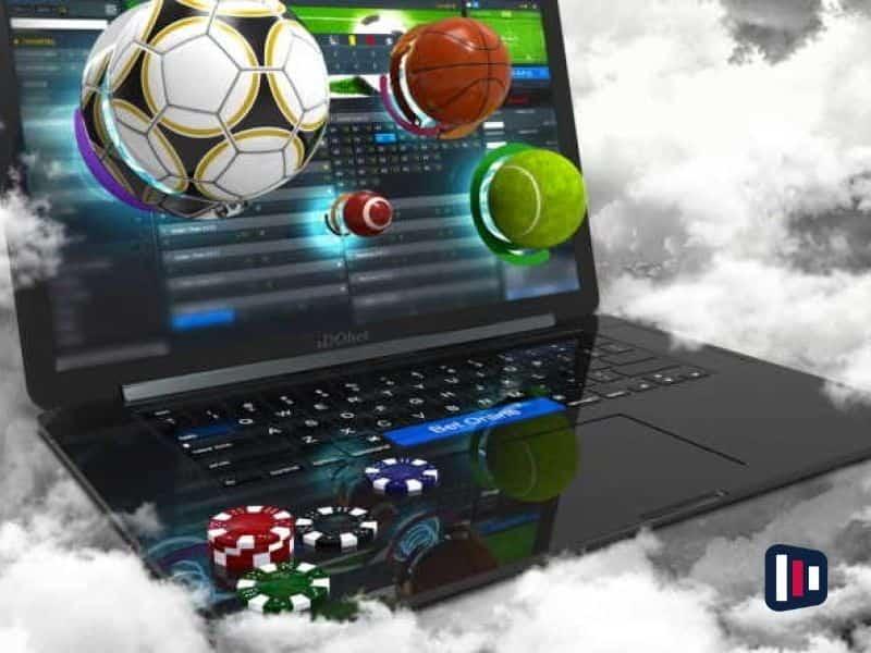 Compuador e bolas de diversos esportes simulando a Regulamentação das apostas esportivas